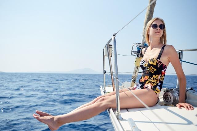 ヨットに座る女性