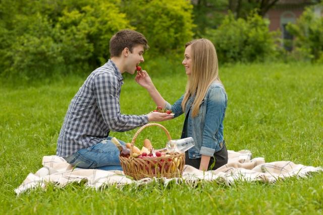 男性にイチゴを食べさせる女性