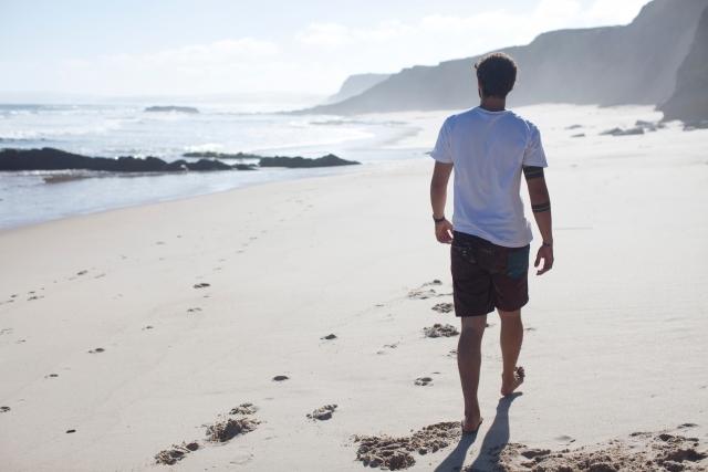 浜辺を歩いている男性