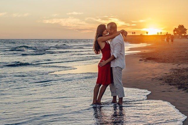 ビーチでハグするカップル