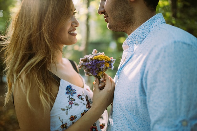 花束を持ったカップル