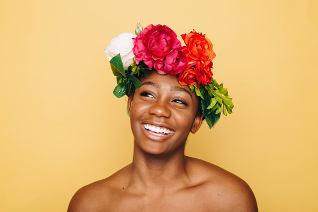 笑っている黒人女性