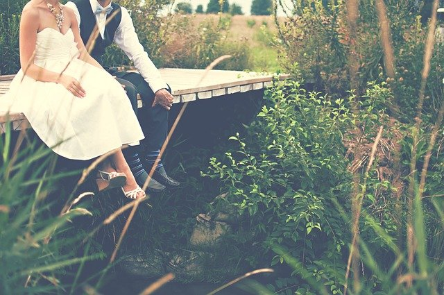 橋の上で黄昏れるカップル