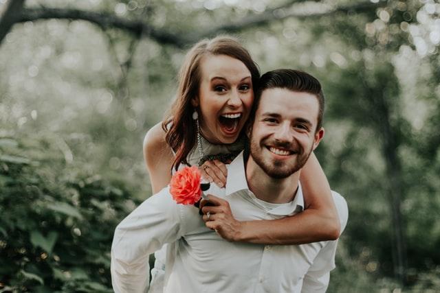 こっちを向いて笑顔なカップル