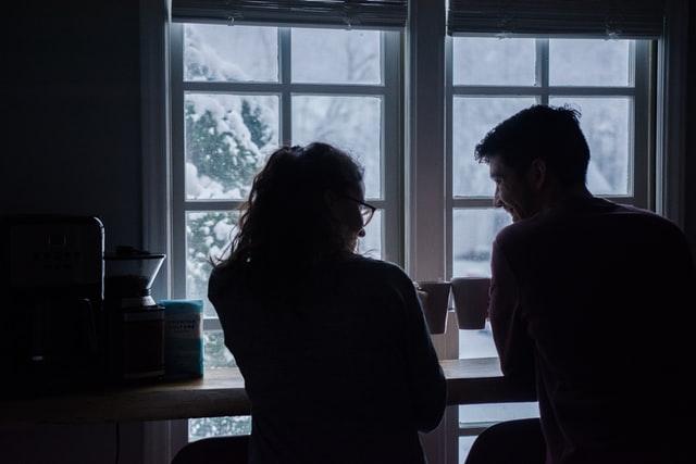 窓辺で寄り添うカップル