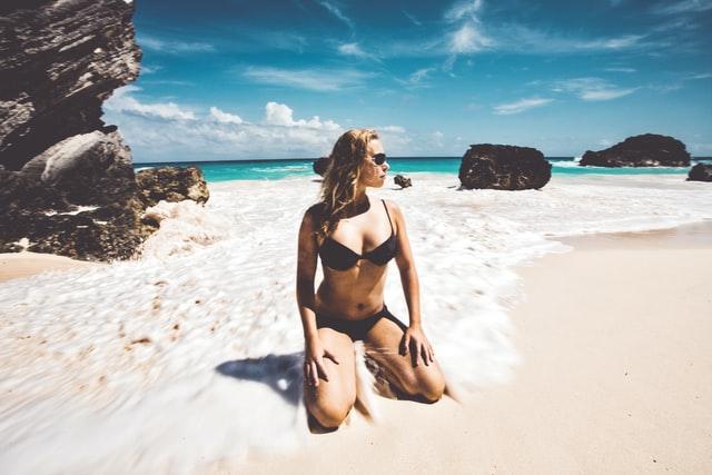 海辺にいる水着女性