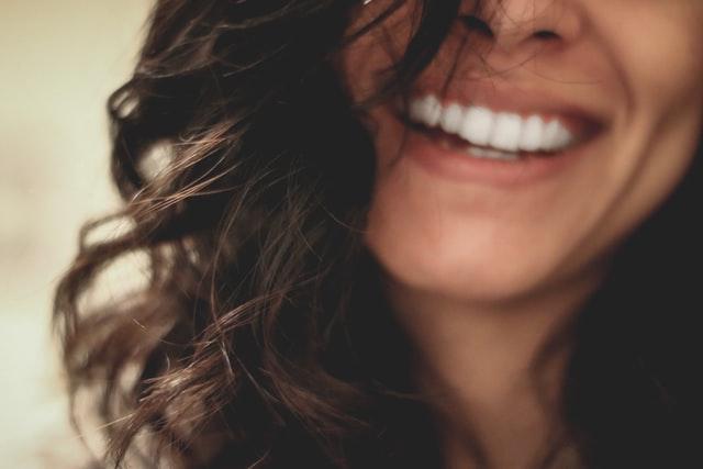 笑っている女性の口元