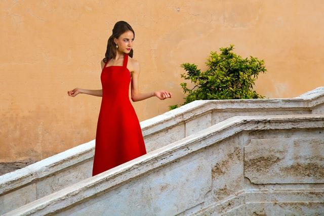 赤いドレスを着た美女