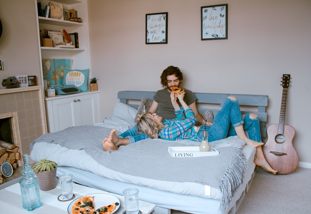 カップルがベッドにいる画像