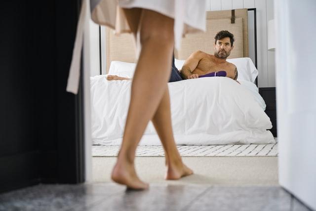 ベッドで一緒になるカップル