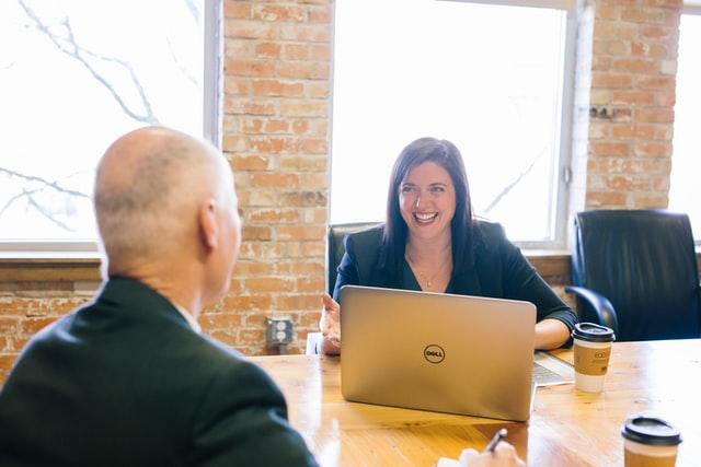 オフィスで会話する女性