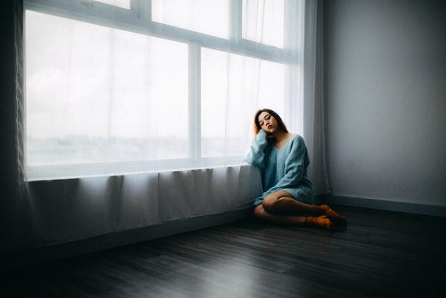 部屋で寂しくしている女性