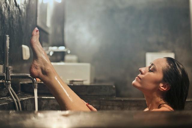 お風呂に入る美女