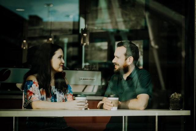 カフェでカップルが話している画像