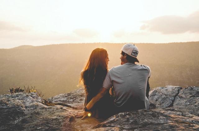 絶景の前で話すカップル