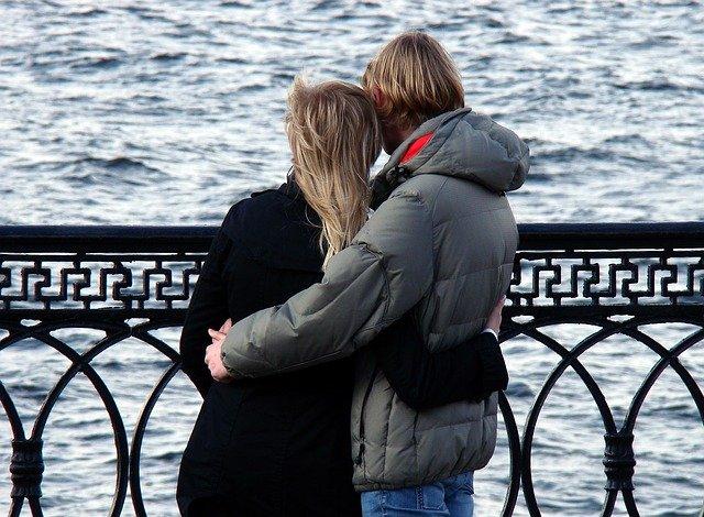 港で黄昏れるカップル
