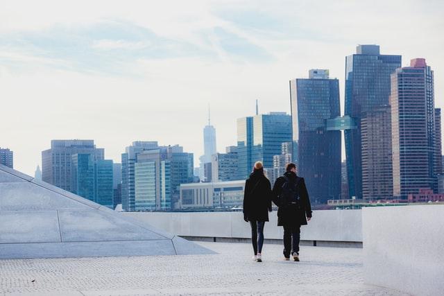 2人で歩くカップル