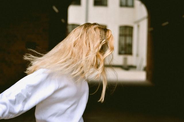 髪の毛がブロンドの女性