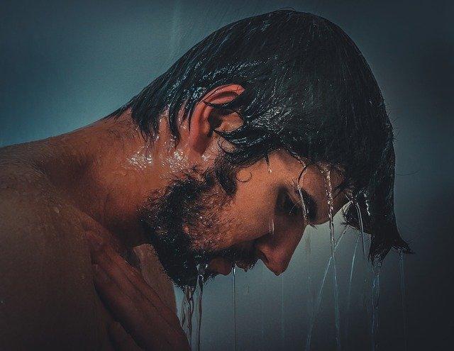 シャワーを浴びているイケメン