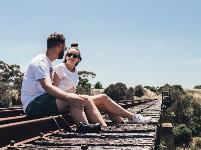 線路上で話すカップル