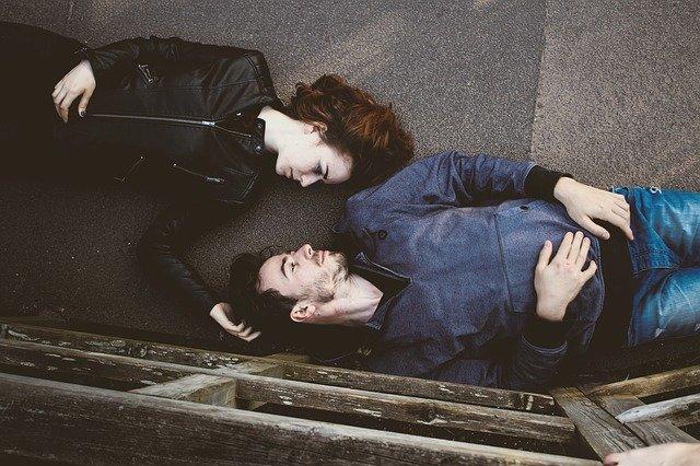 寝転がっているカップル