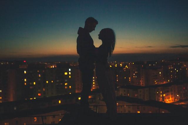 夜景越しのカップル