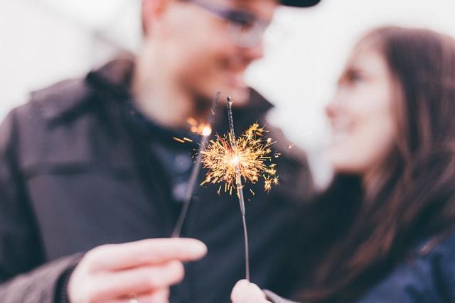 カップルが花火をしている画像