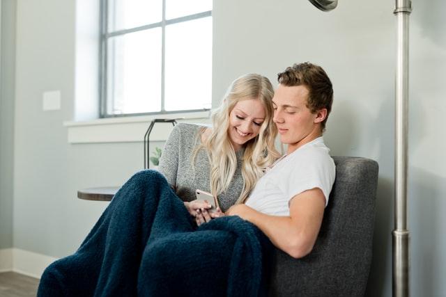 ソファーに座るカップル