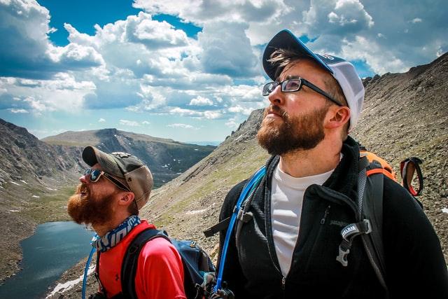 山に登っている2人の男