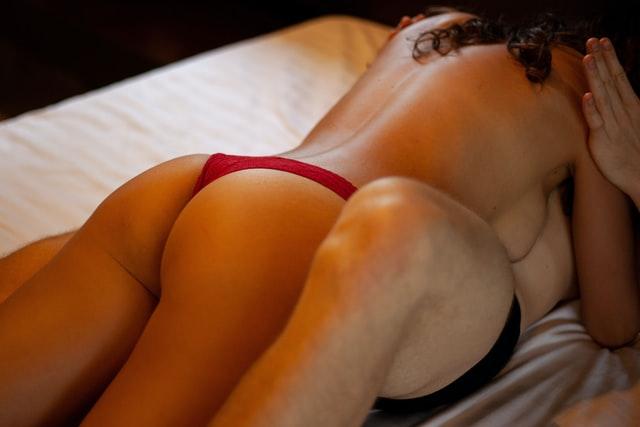 ベッドにいるカップル