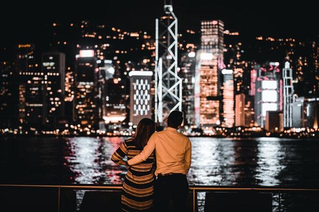 ロマンチックな夜景とカップル
