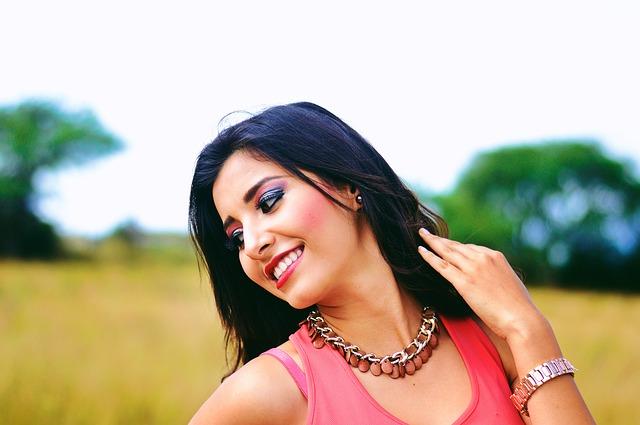 草原で笑顔の女性
