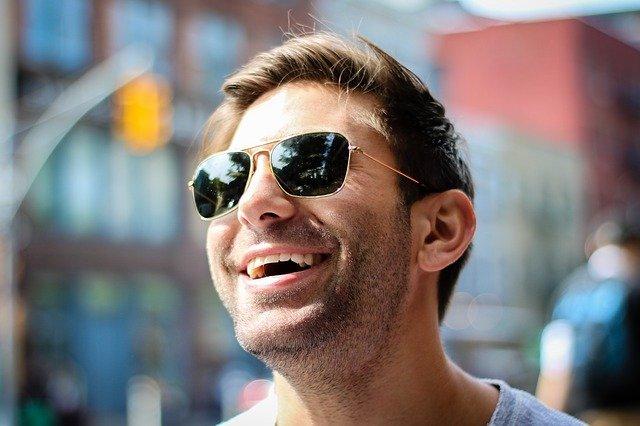 サングラスをかけて笑っている男性