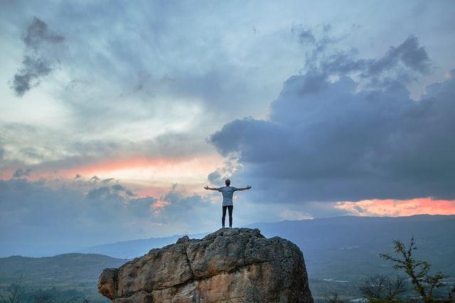 岩の上で叫ぶ男性