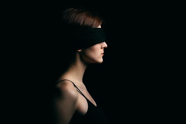 目隠ししてる女性