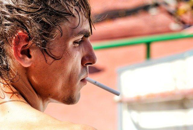 タバコを咥えた男性