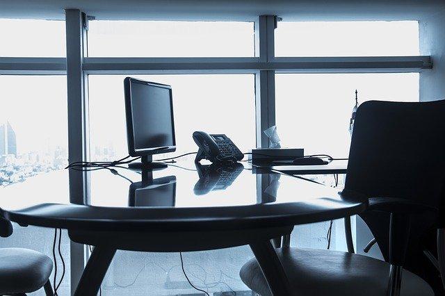 誰もいない白黒のオフィス