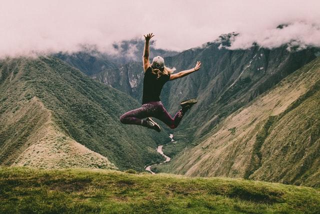 マチュピチュでジャンプする女性