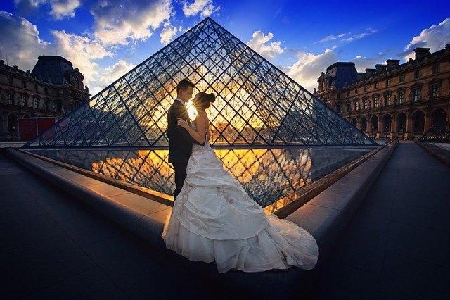 パリのルーブル美術館で見つめ合うカップル
