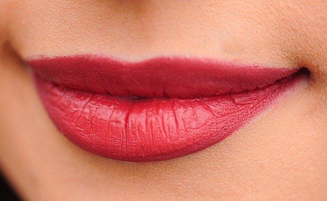 口紅を塗ったキレイな女性の唇