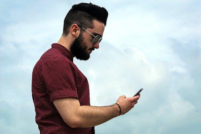 アイフォンを触る男性