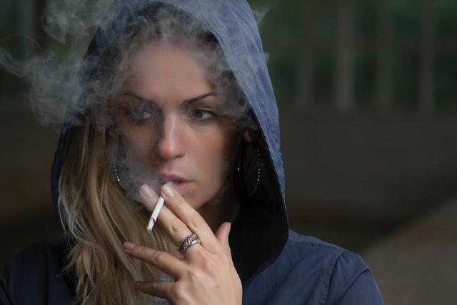 タバコを吸っている悪そうな女性