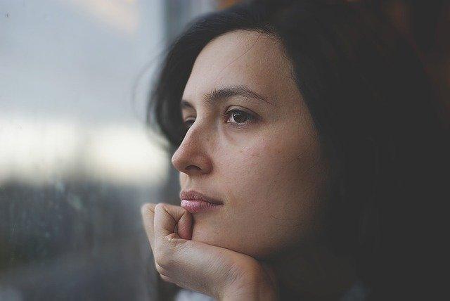 遠くを見つめながら考えている女性