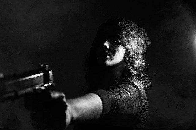 銃を向ける悪そうな女性