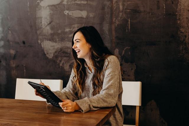 パソコンを持ってる女性
