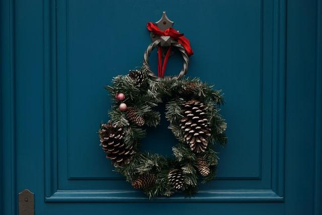 クリスマスオーナメントが飾られた玄関