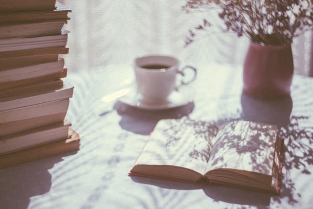 コーヒーと本がテーブルにある