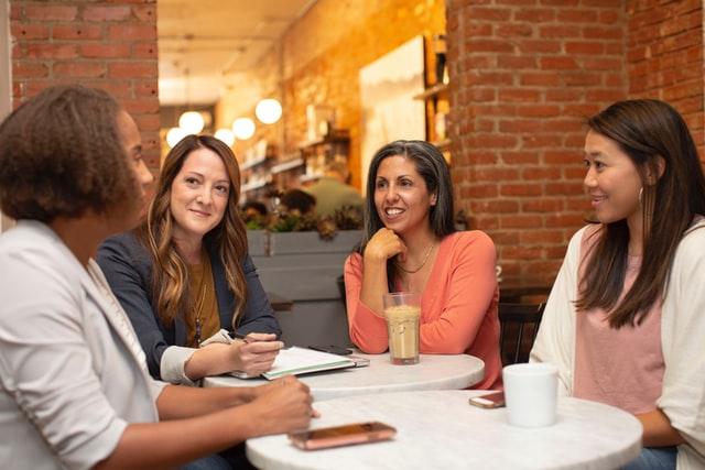 ミーティングをする女性