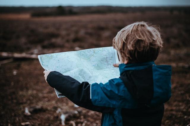 地図を広げる少年