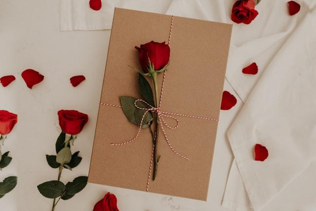 バラがラッピングされたプレゼント